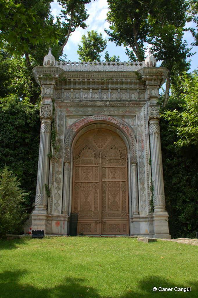 Çırağan Sarayı Anıtsal Kapısı